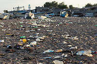 DJIBOUTI , Obock, Red sea, beach with plastic garbage / DSCHIBUTI, Obock, Rotes Meer, Plastkmuell am Strand