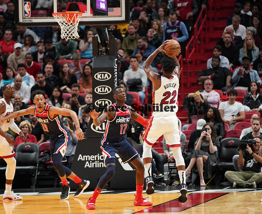 Jimmy Butler (G/F Miami Heat, #22) gegen Isaac Bonga (G/F, Washington Wizards, #17) - 22.01.2020: Miami Heat vs. Washington Wizards, American Airlines Arena