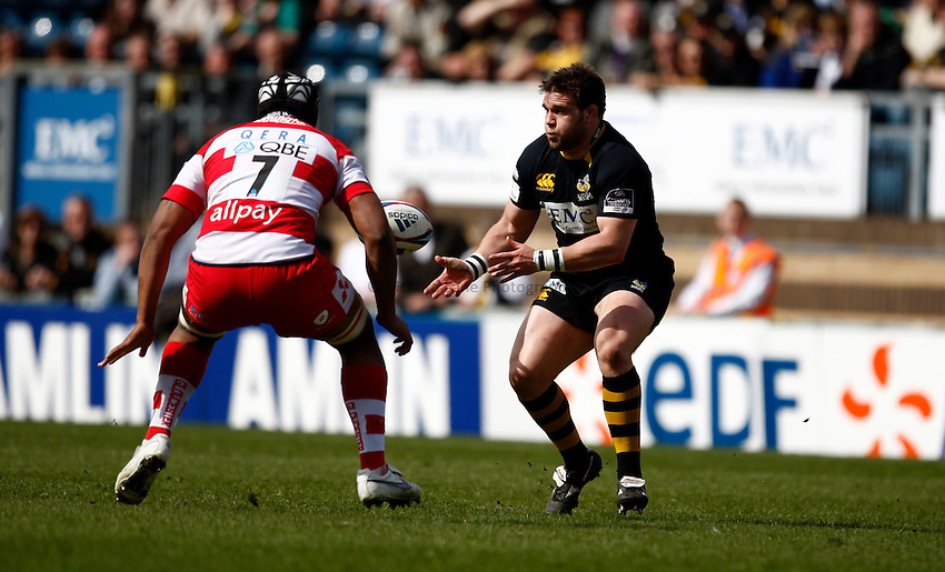 Photo: Richard Lane/Richard Lane Photography. London Wasps v Gloucester Rugby. Amlin Challenge Cup Quarter Final. 11/04/2010. Wasps' Ben Broster passes.