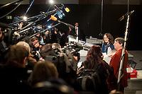 Die SPD-Generalsekret&auml;rin Andrea Nahles demonstriert am Freitag (13.12.13) in Berlin die Hochleistungsschlitzmaschine f&uuml;r die &Ouml;ffnung der Briefe des SPD Mitgliederentscheids zur Gro&szlig;en Koalition mit der CDU/CSU. <br /> Foto: Axel Schmidt/CommonLens