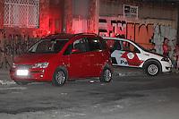 SÃO PAULO, SP, 12/09/2013, TIROTEIO/ MORTE. Duas pessoas foram baleadas dentro de um veiculo na Rua  do Lirismo no bairro da Mooca, na noite dessa quinta-feira (12). As duas vitimas falereceram no local, ninguém foi preso, testemunhas disseram que foram mais de 15 tiros.(Foto:Luiz Guarnieri / Brazil Photo Press).
