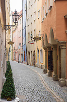 Germany, Bavaria, Upper Palatinate, Regensburg: lane Obere Bachgasse in old town | Deutschland, Bayern, Oberpfalz, Regensburg: Obere Bachgasse in der Altstadt