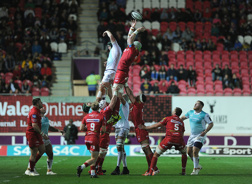 Connacht's Eoin McKeon and Scarlets' Jake Ball battle for the ball <br /> <br /> Photographer Ashley Crowden/CameraSport<br /> <br /> Guinness Pro14  Round 5 - Scarlets v Connacht Rugby - Friday 29th September 2017 - Parc y Scarlets - Llanelli<br /> <br /> World Copyright &copy; 2017 CameraSport. All rights reserved. 43 Linden Ave. Countesthorpe. Leicester. England. LE8 5PG - Tel: +44 (0) 116 277 4147 - admin@camerasport.com - www.camerasport.com