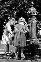 Una mañana de Domingo unas niñas juegan en una fuente en Lugo, plaza Mayor. Foto:pedro agrelo