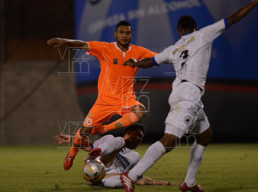 ENVIGADO -COLOMBIA-10-03-2015. Jhon Mendez (Izq) de Envigado FC disputa el balón con un jugador (Der) de Deportivo Pasto durante partido por la fecha 9 de la Liga Águila I 2015 realizado en el Polideportivo Sur de la ciudad de Envigado./ Jhon Mendez (L) of Envigado FC fights for the ball with a player (R) of Deportivo Pasto during match for the 9th date of the Aguila League I 2015 at Polideportivo Sur in Envigado city.  Photo: VizzorImage/León Monsalve/STR