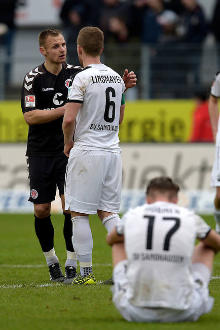GER - Sandhausen, Germany, March 19: After the 2. Bundesliga soccer match between SV Sandhausen (white) and FC ST. Pauli (grey) on March 19, 2016 at Hardtwaldstadion in Sandhausen, Germany. (Photo by Dirk Markgraf / www.265-images.com) *** Local caption *** shake hands between FC St. Pauli and Denis Linsmayer #6 of SV Sandhausen