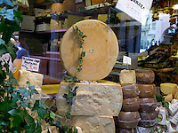CHE, Schweiz, Tessin, Lugano (Altstadt): Kaesespezialitaeten in der Via Pessina | CHE, Switzerland, Ticino, Lugano (Old Town): cheese specialties at Via Pessina