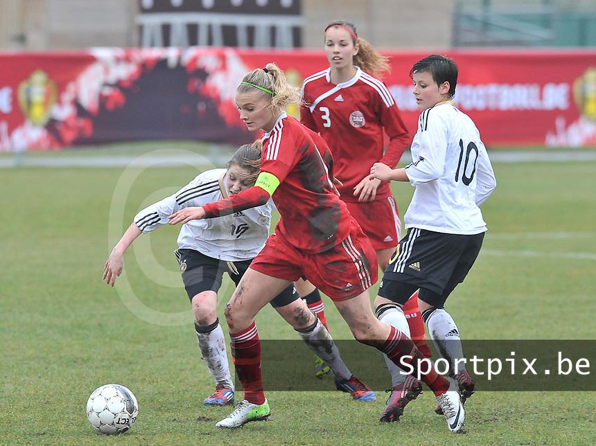 Denmark U17 - Germany U17 : 11 Stine Larsen (C) aan de bal voor 10 Jasmin Sehan (rechts) en 15 Elisabeth Mayr (links).foto Joke Vuylsteke / Vrouwenteam.be