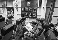 - U.S. Navy , aircraft carrier Nimitz, pilots briefing room (May 1985)<br /> <br /> - US Navy, portaerei Nimitz, sala briefing piloti (maggio 1985)