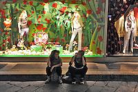 - Milan, windows of La  Rinascente department store in Duomo square....- Milano, vetrine dei grandi magazzini Rinascente in piazza del Duomo