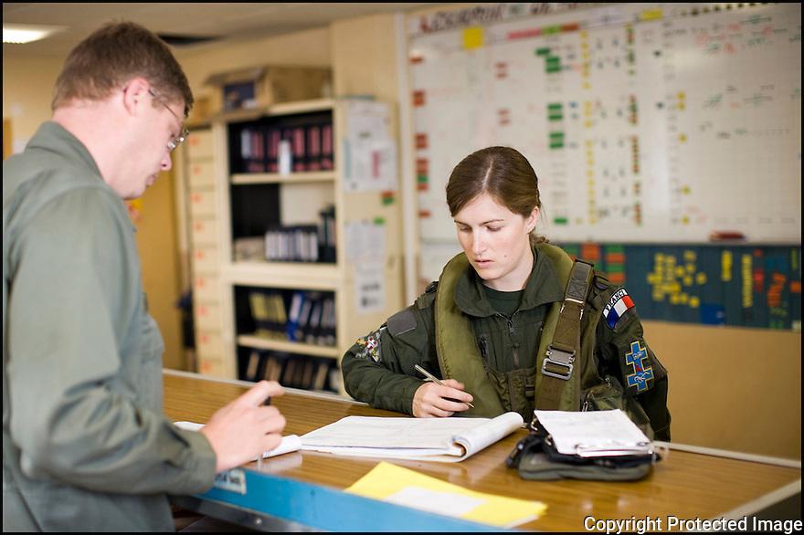 -Mai 2008- Base de Reims- Capitaine Virginie Guyot part en mission dans son Mirage F1. Première femme à être admise dans la patrouille de France.