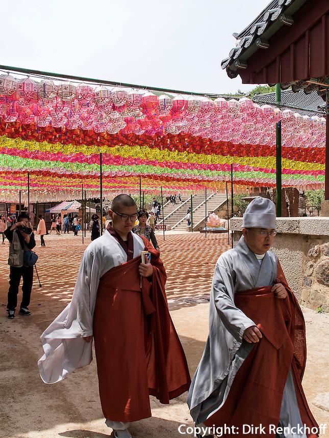 M&ouml;nch, buddhistischer Beomosa Tempel bei Busan, Gyeongsangnam-do, S&uuml;dkorea, Asien<br /> monk, buddhist temple Beomosa near Busan,  province Gyeongsangnam-do, South Korea, Asia