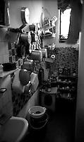 Roma Giugno 2000.Carcere di Rebibbia N.C..Bagno e cucina nella stessa stanza.Rome June 2000.Prison Rebibbia N.C..Bathroom and kitchen in the same room..