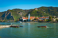 Oesterreich, Niederoesterreich, Kulturlandschaft Wachau - UNESCO Weltkultur- und Naturerbe, Duernstein: Blick vom gegenueber liegenden Wachauer Lido in Rossatzbach auf den Weinort Duernstein mit dem blau-weissen Turm der Stiftskirche und der Burgruine Duernstein, wo Koenig Richard I. Loewenherz der Legende nach gefangen gehalten worden sein soll - im Vordergrund die Fussgaenger- und Radfahrerfaehre, die zwischen Rossatzbach und Duernstein verkehrt | Austria, Lower Austria, Wachau Cultural Landscape - UNESCO World's Cultural and Natural Heritage, Duernstein: view from Wachau Lido at Rossatzbach across Danube towards wine town Duernstein with the blue-white tower of the Collegiate Church and Castle Ruin Duernstein, the legend says that King Richard I Lionheart has been kept imprisoned 1192 untill 1194 - at foreground pedestrians and bicycles ferry between Rossatzbach and Duernstein
