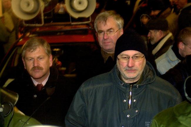 NPD-Demonstration gegen Israel in Berlin<br /> Die rechtsextremistische NPD demonstierte am Montag den 9. Dezember 2002 mit ca. 50 Anhaengern und Sympathiesanten gegen den Staatsbesuch des israelischen Staatspraesidenten Moshe Kazav unter dem Motto: &quot;Haende weg von Palaestina - Keine Waffen fuer Israel&quot;. Die Demonstration wurde von einem Grossaufgebot der Polizei gegen vielfachen Protest durchgesetzt.<br /> Hier: Udo Voigt, Parteivorsitzender (links); Frank Schwerdt, Landesvorsitzender der NPD-Thueringen, Mitglied im Parteivorstand (mitte); Horst Mahler, Anwalt der NPD im Verbotsverfahren (rechts). <br /> Berlin 9.12.2002<br /> Copyright: Christian-Ditsch.de<br /> [Inhaltsveraendernde Manipulation des Fotos nur nach ausdruecklicher Genehmigung des Fotografen. Vereinbarungen ueber Abtretung von Persoenlichkeitsrechten/Model Release der abgebildeten Person/Personen liegen nicht vor. NO MODEL RELEASE! Nur fuer Redaktionelle Zwecke. Don't publish without copyright Christian-Ditsch.de, Veroeffentlichung nur mit Fotografennennung, sowie gegen Honorar, MwSt. und Beleg. Konto: I N G - D i B a, IBAN DE58500105175400192269, BIC INGDDEFFXXX, Kontakt: post@christian-ditsch.de<br /> Bei der Bearbeitung der Dateiinformationen darf die Urheberkennzeichnung in den EXIF- und  IPTC-Daten nicht entfernt werden, diese sind in digitalen Medien nach &sect;95c UrhG rechtlich geschuetzt. Der Urhebervermerk wird gemaess &sect;13 UrhG verlangt.]