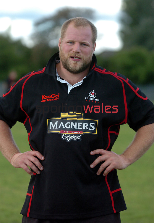 CAPTION: EDINBURGH PROP CRAIG SMITH HOPES TO GIVE HIS TEAM MATES A HELPING HAND AFTER BEING NAMED IN THE STARTING LINE UP TOMORROW AGAINST LEINSTER.EDINBURGH GUNNERS TRAINING SESSION, MURRAYFIELD STADIUM, EDINBURGH, THURSDAY 7TH SEPTEMBER 2006.COPYRIGHT: FOTOSPORT/DAVID GIBSON, MILLSTONE BROW, BY CARNWATH, LANARKSHIRE, ML11 8LJ, SCOTLAND, UK TEL: 01501 785 060 MOBILE: 07774 444 787