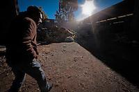 FOTORREPORTAJE PROYECTOS PRODUCTIVOS RELLENOS PARA COLCHONES A BASE DE C&Aacute;SCARA DE COCO<br /> <br /> POR: VICTOR PICHARDO <br /> <br /> Quer&eacute;taro, Qro. 14 enero 2016.- El municipio de Quer&eacute;taro alberga en el coraz&oacute;n de la comunidad de La Gotera, en la delegaci&oacute;n Santa Rosa J&aacute;uregui, un interesante proyecto dedicado a la creaci&oacute;n de rellenos para colchones a base de fibras obtenidas de la c&aacute;scara del coco. Desde hace poco mas de dos a&ntilde;os, cerca de veinte personas laboran, directa o indirectamente, en este proyecto productivo comandado por Jos&eacute; Francisco Jim&eacute;nez Estrada. En esta planta  se colecta la c&aacute;scara del coco que desechan los fruteros de la regi&oacute;n para secarla y procesarla hasta obtener fibras refinadas que son utilizadas para rellenar algunas clases de colchones y cojines que son utilizados por productores de varios estados.<br /> <br /> Foto: Victor Pichardo /