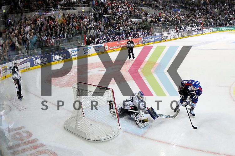 Penalty von Mannheims Ronny Arendt (Nr.57) gegen Berlins Rob Zepp (Nr.72) beim Spiel in der DEL, Adler Mannheim - Eisbaeren Berlin.<br /> <br /> Foto &copy; Ice-Hockey-Picture-24 *** Foto ist honorarpflichtig! *** Auf Anfrage in hoeherer Qualitaet/Aufloesung. Belegexemplar erbeten. Veroeffentlichung ausschliesslich fuer journalistisch-publizistische Zwecke. For editorial use only.