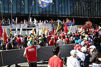 SAO BERNARDO DO CAMPO SP 11 de julho 2013-SP -A Central Única dos Trabalhadores (CUT), a Força Sindical e outras centrais sindicais brasileiras realizam greve e manifestações nesta quinta-feira (11), na Av. Paulista em São Paulo (SP), e em todo o país, com paralisação nos transportes públicos e bloqueio de rodovias. Eles reivindicam redução da jornada de trabalho para 40h semanais, sem redução de salários, 10% do PIB para a educação, 10% do orçamento da união para a saúde, transporte público e de qualidade, entre outros. .    ADRIANO LIMA / BRAZIL PHOTO PRESS).