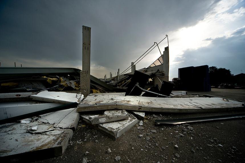Sant'Agostino (FE) - 24 maggio 2012.   Nella zona industriale capannoni crollati. Se il sisfa fosse avvenuto in un giorno feriale sarebbe stata una strage.