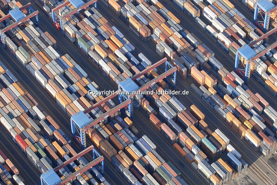 4415/CTA: EUROPA, DEUTSCHLAND, HAMBURG  22.01.2006 automatischer Container Betrieb auf der CTA in Hamburg Altenwerder. .Double Rail Mounted Gantry Cranes (DRMG).Die automatisch betriebenen Krane bedienen die Lagerbloecke auf Schienen. Sie koennen unter/uebereinander fahren und so unabhaengig voneinander den Block bedienen...