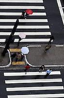 SAO PAULO, 21 DE JUNHO DE 2012 - CLIMA TEMPO SP - Pancada de chuva atinge a capital, na tarde desta quinta feira, na Avenida Paulista regiao central. FOTO: ALEXANDRE MOREIRA - BRAZIL PHOTO PRESS