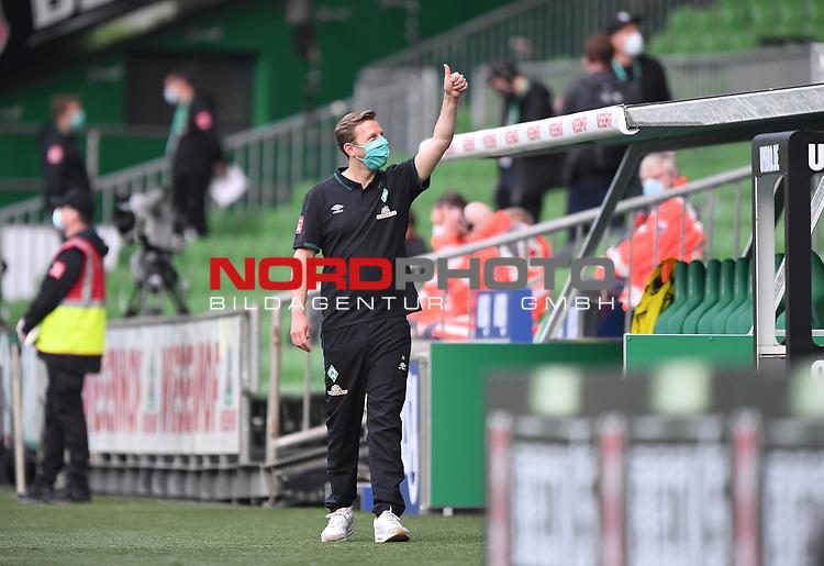 Trainer Florian Kohfeldt (Bremen) betritt den Innenraum mit Atemschutzmaske und hat den Daumen hoch.<br /><br />Sport: Fussball: 1. Bundesliga: Saison 19/20: 26. Spieltag: SV Werder Bremen - Bayer 04 Leverkusen, 18.05.2020<br /><br />Foto: Marvin Ibo GŸngšr/GES /Pool / via gumzmedia / nordphoto