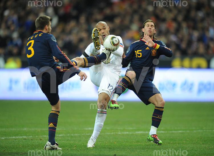 Fussball International Testspiel 03.03.2010 Frankreich - Spanien  Thierry Henry (FRA Mitte) gegen Gerrard Pique (links) und Sergio Ramos (rechts beide ESP)