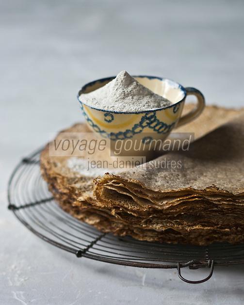 Europe/France/Bretagne/29/Finistère/Cap Sizun/Beuzec-Cap-Sizun: Crêpes bretonnes ou Galettes à la  farine  de blé noir du Moulin de Kériolet - Stylisme : Valérie LHOMME // France, Finistere, Breton galette, buckwheat flour pancakes,