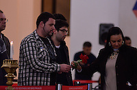 ATENCAO EDITOR IMAGENS EMBAGADAS PARA VEICULOS INTERNACIONAIS - SAO PAULO, SP, 30 SETEMBRO 2012 - VELORIO HEBE CAMARGO - Fans comparecem ao velório do corpo da apresentadora Hebe Camargo, no Palácio dos Bandeirantes, sede do Governo do Estado de São Paulo, na capital paulista, na madrugada deste domingo, 30. Hebe morreu hoje aos 83 anos, de parada cardíaca, na sua casa no bairro do Morumbi, na capital paulista. Diagnosticada com câncer no peritônio em janeiro de 2010, ela lutava contra a doença desde então. (FOTO: LEVI BIANCO / BRAZIL PHOTO PRESS).