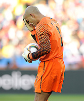 USA goalkeeper Tim Howard wipes his forehead