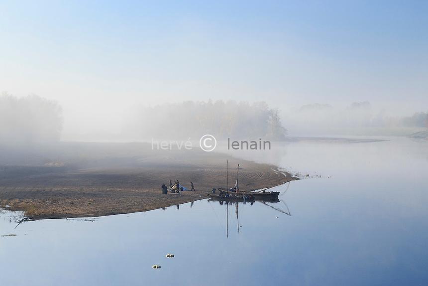 France, Nièvre (58), La Charité-sur-Loire, navigation traditionnelle sur la Loire // France, Nievre, La Charite sur Loire, traditional navigation on the Loire