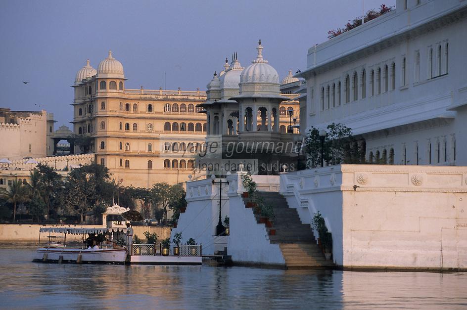 """Asie/Inde/Rajasthan/Udaipur: Arrivée à l'hôtel """"Tal Lake Palace"""" sur le lac Pichola en fond le """"City Palace"""""""