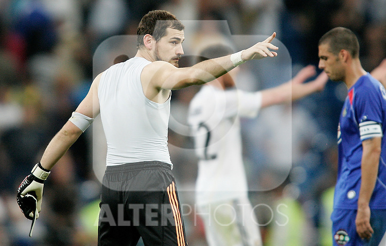 Real Madrid's Iker Casillas acknwoledges the corwd during La Liga match. October 31, 2009. (ALTERPHOTOS/Alvaro Hernandez).