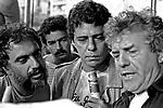 Henfil, Chico Buarque e Juca de Oliveira, artistas. Comício por eleições Diretas Já. SP. 1984. Foto de Juca Martins.