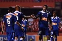 SÃO PAULO, SP, 20 DE JULHO DE 2013 - CAMPEONATO BRASILEIRO - SÃO PAULO x CRUZEIRO: Dedé (d) e Souza (e) se cumprimentam durante partida São Paulo x Cruzeiro, válida pela 8ª rodada do Campeonato Brasileiro de 2013, disputada no estádio do Morumbi em São Paulo. FOTO: LEVI BIANCO - BRAZIL PHOTO PRESS.