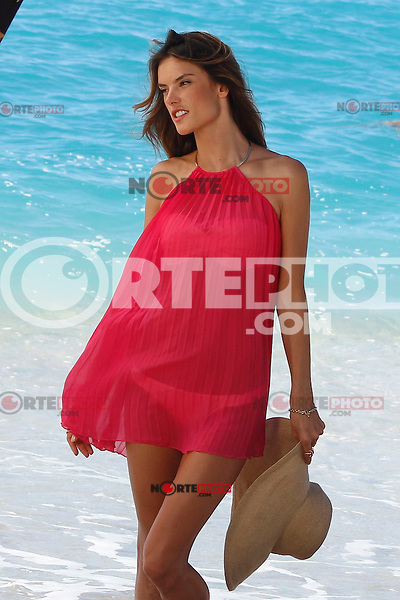 PAP0113DW399.VICTORIA'S SECRET PHOTO SHOOTING IN ST BARTS WITH ALLESSANDRA AMBROSIO (NortePhoto)