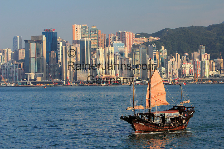 People's Republic of China, Hong Kong: Duk Ling Junk boat with Hong Kong skyline | Volksrepublik China, Hongkong: die Duk Ling Dschunke vor der Skyline Hongkongs
