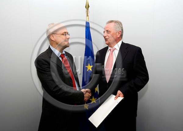BRUSSELS - BELGIUM - 29 APRIL 2009 -- From left EU Commissioner for Social Affairs Vladimir SPIDLA and Austrian Minister for Social Affairs Rudolf HUNDSTORFER.  Photo: Erik Luntang-Jensen/EUP-IMAGES