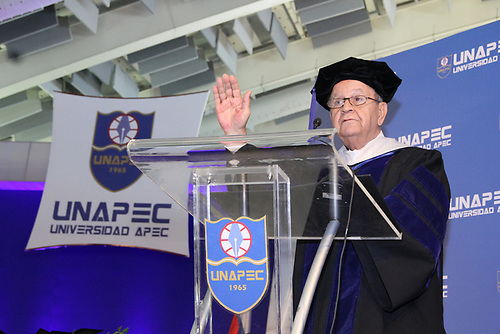 La Universidad APEC (UNAPEC) invistió este sábado a mil 43 nuevos profesionales, durante una ceremonia en la cual su rector, doctor Franklyn Holguín Haché, destacó que en 52 años esa institución ha graduado a más de 36 mil 175 egresados
