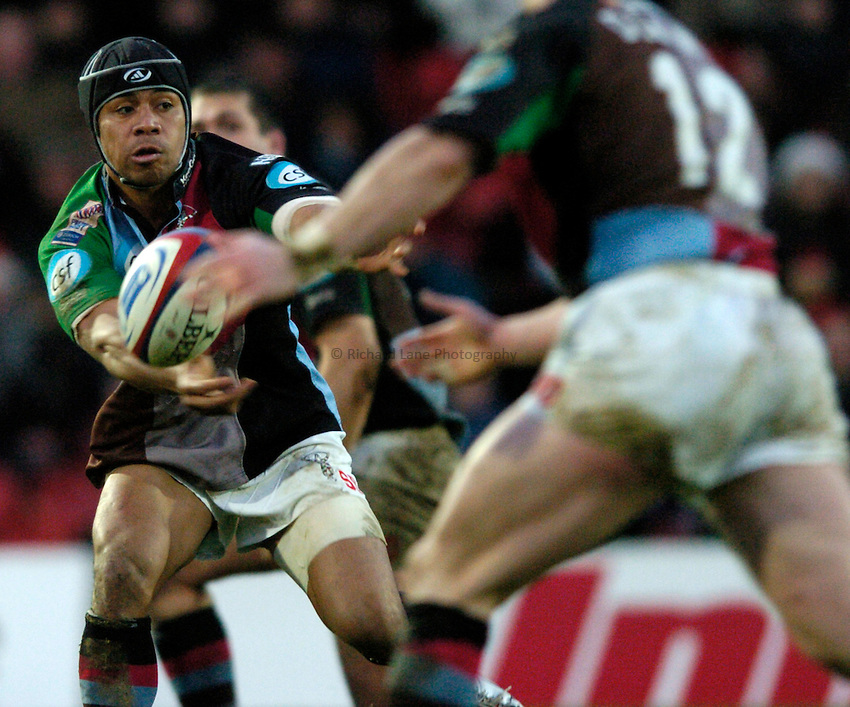 Photo: Richard Lane..Saracens v NEC Harlequins. Zurich Premiership. 26/12/2004..Steven So'oialo passes.
