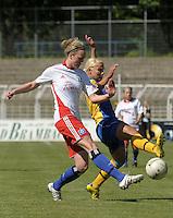 Fussball, 2. Bundesliga, Frauen. Lok Leipzig gegen HSV II. im Bild: HSVs Denise Lehmann  wird von Marlene Ebermann bedraengt. .Foto: Alexander Bley