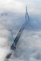 4415/Nebel im Hafen: EUROPA, DEUTSCHLAND, HAMBURG 25.12.2005: Nebel im Hamburger Hafen, die Koehlbrandbruecke schaut mit den Brueckenpfeilern heraus
