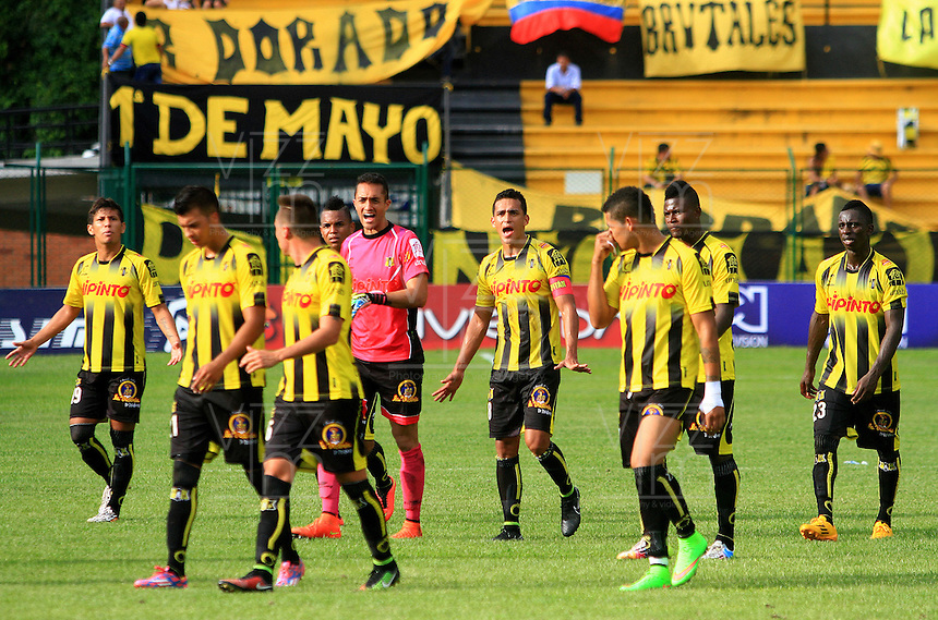 FLORIDABLANCA -COLOMBIA, 02-11-2014.  Jugadores de Alianza Petrolera salen del campo de juevo tras el encuentro con Deportes Tolima por la fecha 17 de la Liga Postobon II 2014 disputado en el estadio Alvaro Gómez Hurtado de la ciudad de Floridablanca./ Players of Alianza Petrolera leave the field after the match against Deportes Tolima for the 17th date of the Postobon League II 2014 played at Alvaro Gomez Hurtado stadium in Floridablanca city Photo:VizzorImage / Duncan Bustamante / STR