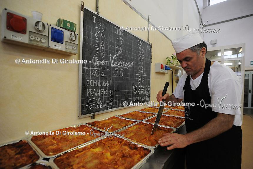 """Roma.Rome.Italia.Italy.Casa di reclusione di Rebibbia.Le cucine.I lavoratori detenuti cucinano i pasti.""""Liberamens...a"""" è un progetto della Syntax error che gestisce la mensa per circa 300 detenuti..Rebibbia prison. Kitchens. Workers prisoners cook meals. """"Liberamens...a """" is a project of """"Syntax error"""", which manages the canteen for about 300 inmates.Elenco dei detenuti.List of prisoners.."""