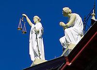 Vrouwe Justitia met weegschaal  en zwaard