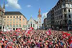 Fussball: Der FC Bayern Muenchen praesentiert DFB Pokal und Meisterschale auf dem Marienplatz