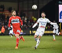 KV KORTRIJK - SV ZULTE WAREGEM :<br /> Michael Heylen (R) en Thanasis Papazoglou (L) kijken waar de bal terecht zal komen<br /> <br /> Foto VDB / Bart Vandenbroucke