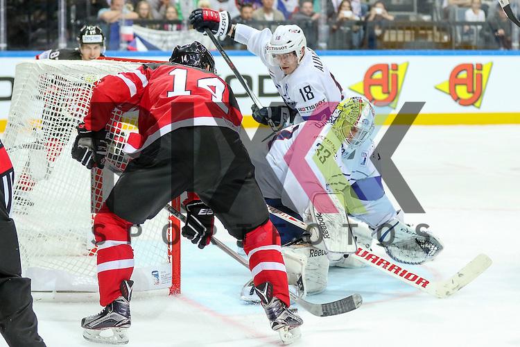 Frankreichs Quemener, Ronan (Nr.33) im Zweikampf mit Canadas Eberle, Jordan (Nr.14) der alleine vor dem Tor steht, Frankreichs Auvitu, Yohann (Nr.18) kommt zu spaet im Spiel IIHF WC15 France vs Canada.<br /> <br /> Foto &copy; P-I-X.org *** Foto ist honorarpflichtig! *** Auf Anfrage in hoeherer Qualitaet/Aufloesung. Belegexemplar erbeten. Veroeffentlichung ausschliesslich fuer journalistisch-publizistische Zwecke. For editorial use only.