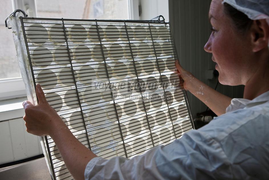 Europe/Europe/France/Midi-Pyrénées/46/Lot/Loubressac: Ferme Cazal-SARL Les Alpines - Production du Rocamadour AOC Fermier - les fromages frais moulés vont  partir sur des grilles pour l'affinage //  France, Lot, Loubressac, labelled Les Plus Beaux Villages de France (The Most Beautiful Villages of France), Cazal Farm-Ltd The Alpine, Production of Rocamadour AOC Farmer, fresh cheeses are molded from wire racks for refining  - Auto N°: 2010-103
